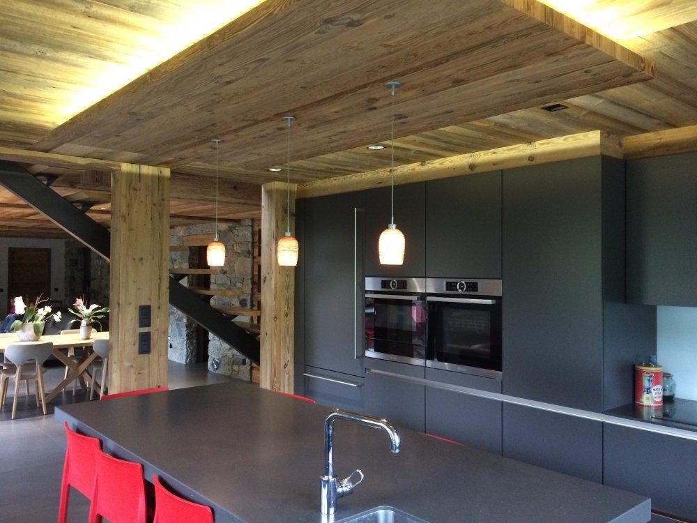 Entreprise de menuiserie Megève spécialisée dans la pose de plafond en vieux bois