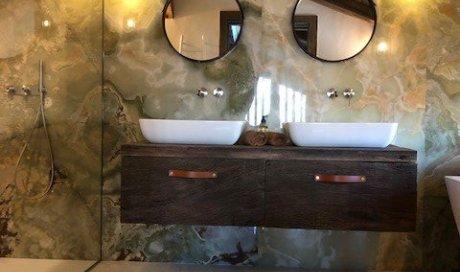 salle de bain en grandes pierres