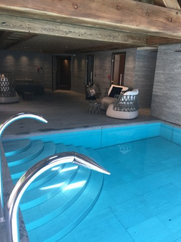 Artisan pose de carrelage en pierre dans un hôtel 5 étoiles à Saint-gervais-les-bains