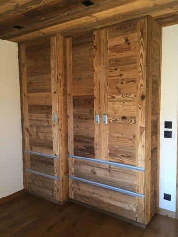 Entreprise de menuiserie Megève spécialisée dans la création de placard de chambre en vieux bois