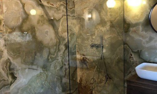 douche à l'italienne en pierre Onyx verte
