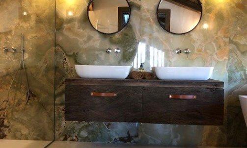 salle de bain master en pierre Onyx verte